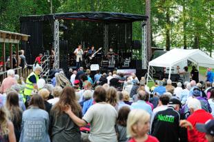 Fullsatta bänkar på Musik vid Långsjön