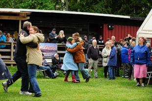Publiken dansar och ler